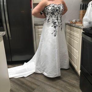 David's bridal beautiful wedding gown -BEAUTIFUL